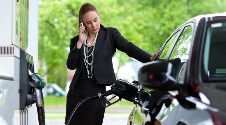 Простые вопросы: Почему на АЗС запрещено использовать мобильники?