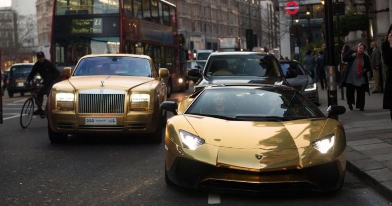 По Лондону разъезжает кортеж из четырех «золотых» автомобилей