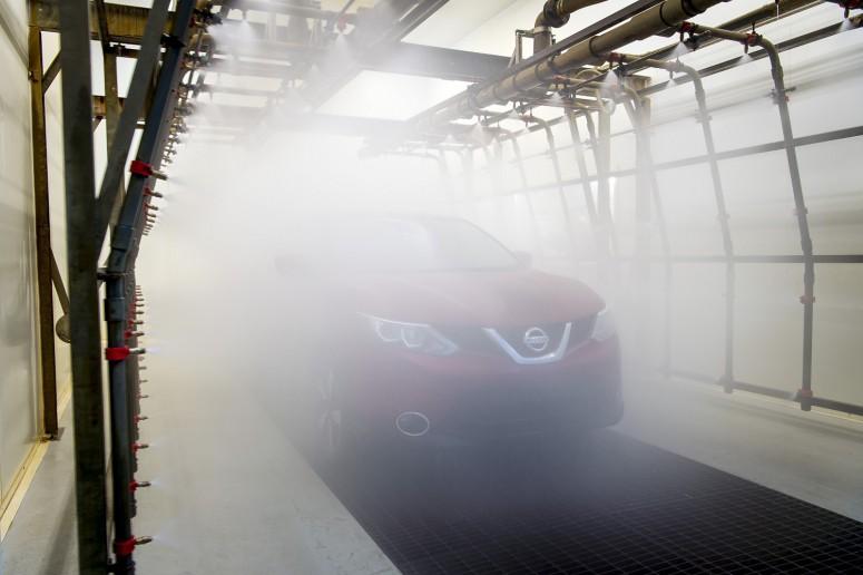 Каждая новая модель Nissan проходит тест в огромной «посудомоечной машине»